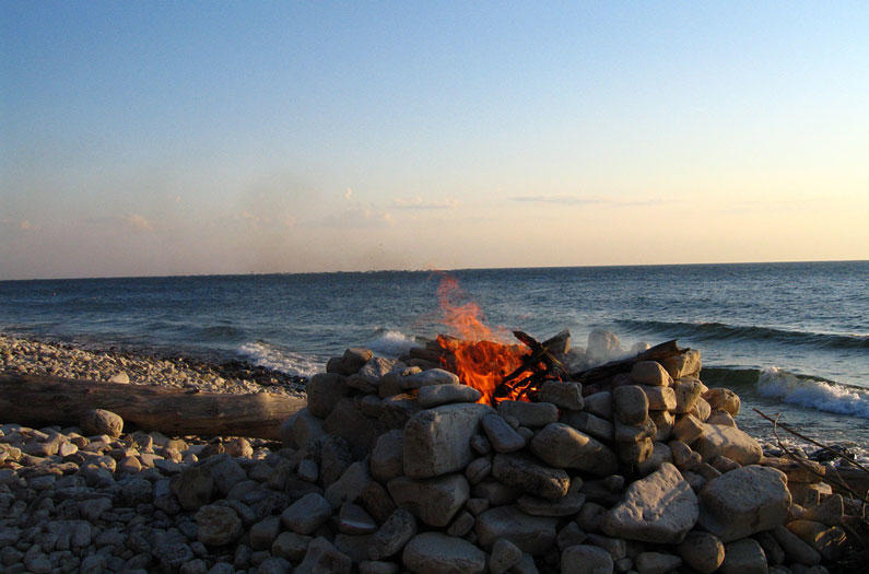 Костер на берегу моря